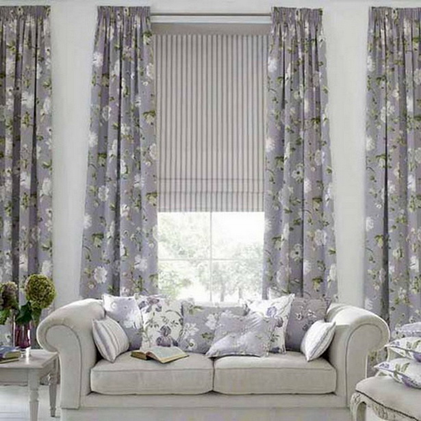vorhänge wohnzimmer grau:Vorhänge mit floralen Motiven – Wohnzimmer in Grau und Weiß