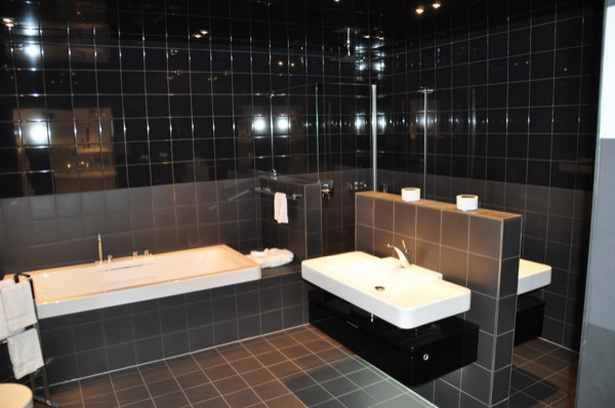 Italienische Dusche Gr??e : Sehr dunkle Fliesen im gesamten Bad