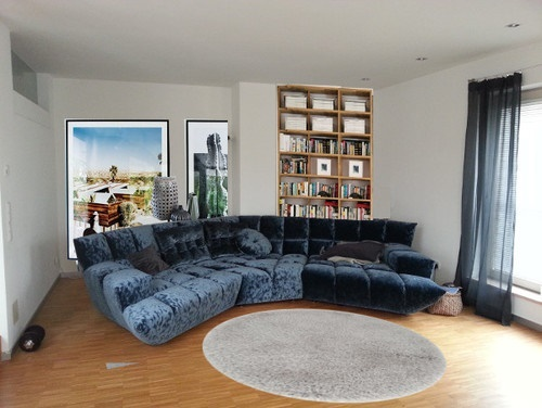 sofa mitten im wohnzimmer. Black Bedroom Furniture Sets. Home Design Ideas