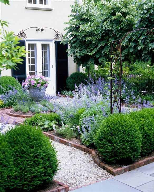 Tuscan House Style With Front Walkway And Italian Cypress: Vorgartengestaltung Pflanzen