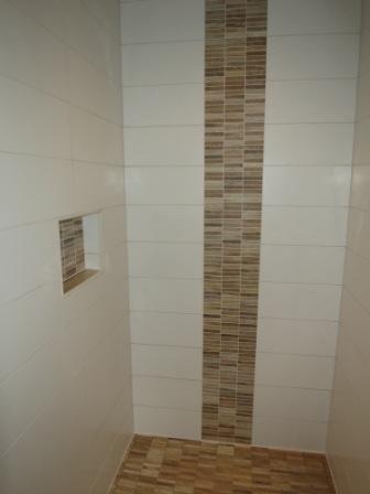 Badezimmer fliesen mosaik - Fliesen holzoptik dusche ...