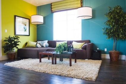Sofamodule Im Grünen Wohnzimmer. Grüntöne Wandfarbe Moderne Gestaltung U2013  Dekokissen In Grün