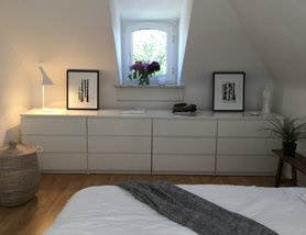 schlafzimmer kommode dekorieren. Black Bedroom Furniture Sets. Home Design Ideas