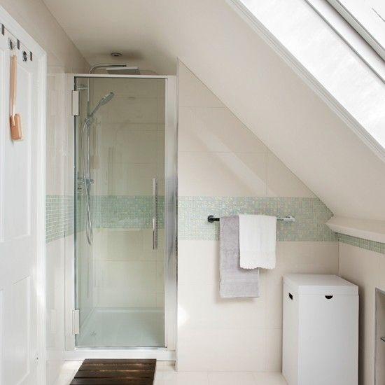 Kleines bad mit dachschr ge gestalten for Kleines bad planen