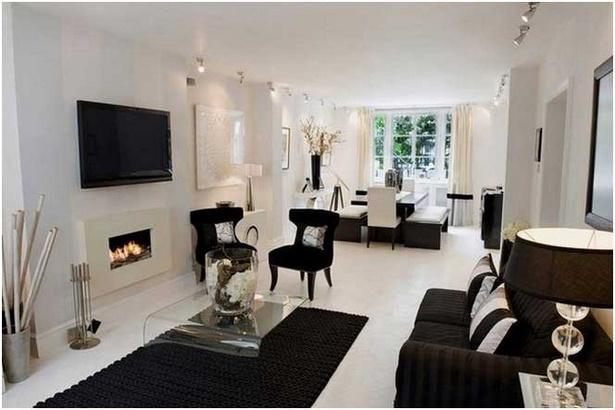 Wohnzimmer mit schwarzem sofa