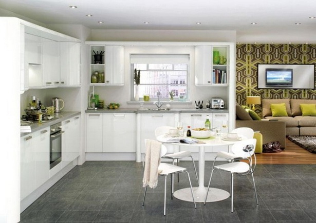 Weiße küche mit grauer arbeitsplatte