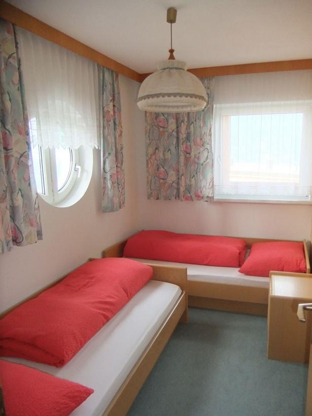 Kinderzimmer mit 2 betten